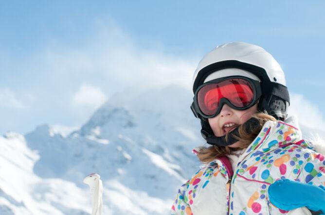 Gogle i kask to zestaw obowiązkowy, szczególnie dla dzieci (Shutterstock)