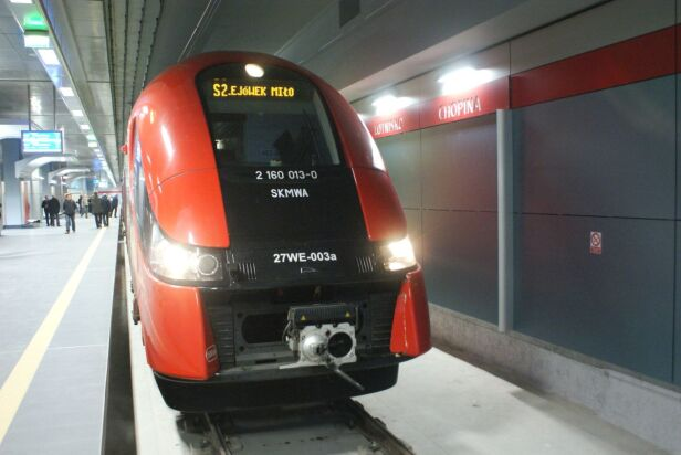 Pierwszy pociąg na stacji kolejowej Okęcie PKP PLK